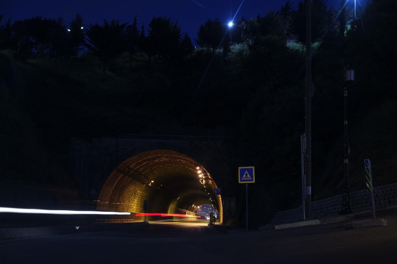 En ellers mørk tunnel er nu oplyst med LED lys