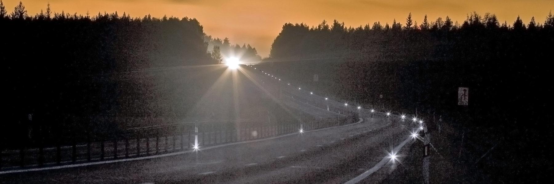Over hele verdenen findes der vejstrækninger med farlige vejsving, mørke landeveje, ubevogtede jernbaneoverskæringer, trafikerede lyskryds med højresvingende lastbiler, rundkørsler, spøgelsesbilisme, befærdede havneområder, krydsende fodgængere…steder hvor mennesker færdes og uheld kan ske. Uheld, som måske kunne være forhindret, hvis de rigtige forholdsregler var foretaget. LED-Mark ITS er en projektvirksomhed, der udvikler og sælger intelligente løsninger til vejen baseret på solcellebrikker. Løsningerne skal forebygge uheld de steder, hvor særlige risici er tilstede eller opstår. Vil I forebygge potentielle uheld i Jeres område, så kontakt os allerede i dag, og hør om de muligheder vi kan tilbyde.